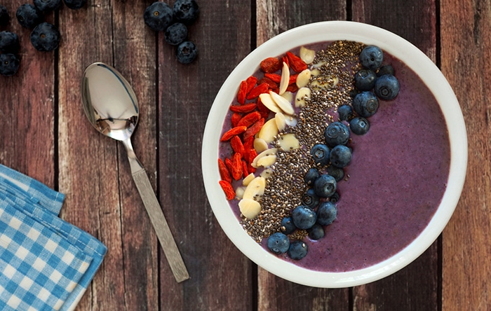Dark chocolate-berry smoothie bowl